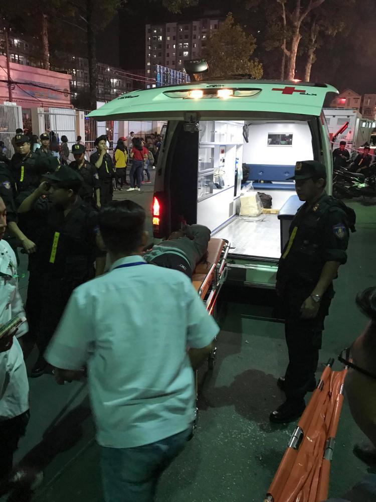 Lực lượng an ninh và đội ngũ y tế đã có mặt kịp thời để đưa CĐV này đi cấp cứu.