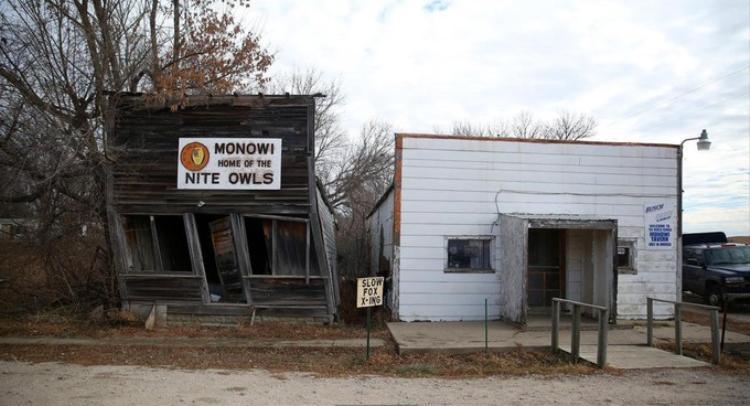 """Khi sản xuất nông nghiệp ngày một suy giảm, đặt biệt, trong giai đoạn sau Thế chiến II, thị trấn Monowi nằm giữa miền trung nước Mỹ bắt đầu """"bốc hơi"""". Đám tang cuối cùng diễn ra trong nhà thờ của thị trấn là đám tang của cha bà Eiler vào năm 1960.Bưu điện và ba cửa hàng tạp hóa cuối cùng chính thức đóng cửa từ 1967 đến 1970. Sau đó vào năm 1974, trường học duy nhất trong thị trấn cũng ngừng hoạt động. Người dân ở Monowi kéo nhau ra các thành phố lớn sinh sống.Khi hai đứa con của bà Eiler rời khỏi thị trấn vào đầu những năm 1980, lúc đó dân số của Monowi chỉ còn 18 người. Khoảng 20 năm sau đó, chỉ còn lại hai vợ chồng bà Eiler. Và vào năm 2004, khi chồng qua đời, bà Eiler trở thành cư dân duy nhất của Monowi."""