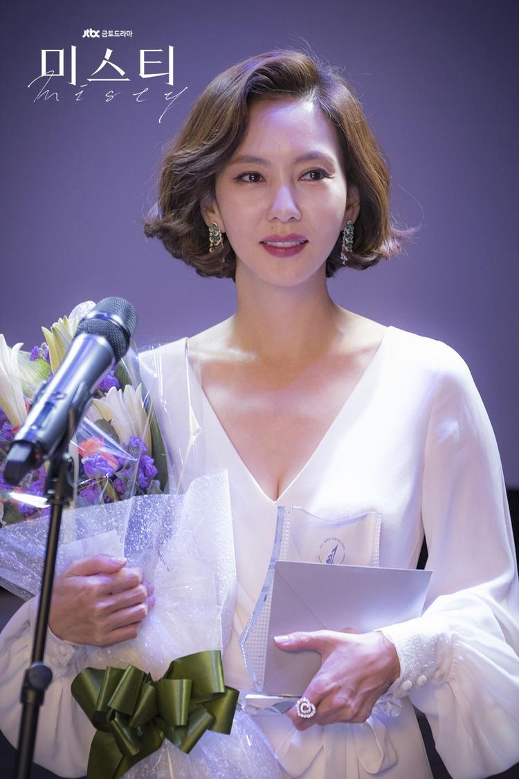 Kim Nam Joo đã lột xác hoàn toàn về khoản trang phục để hóa thân thành nữ phát thanh viên hàng đầu Go Hye Ran.