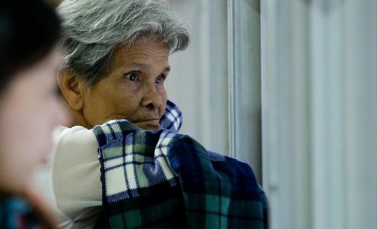 Người thân mòn mỏi chờ Việt kiều trở về. Ảnh: VnExpress