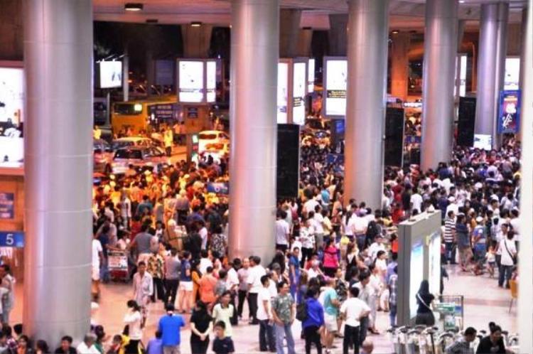 Hàng nghìn người đổ về khiến các sảnh ở sân bay Tân Sơn Nhất quá tải. Ảnh: Vietnamnet