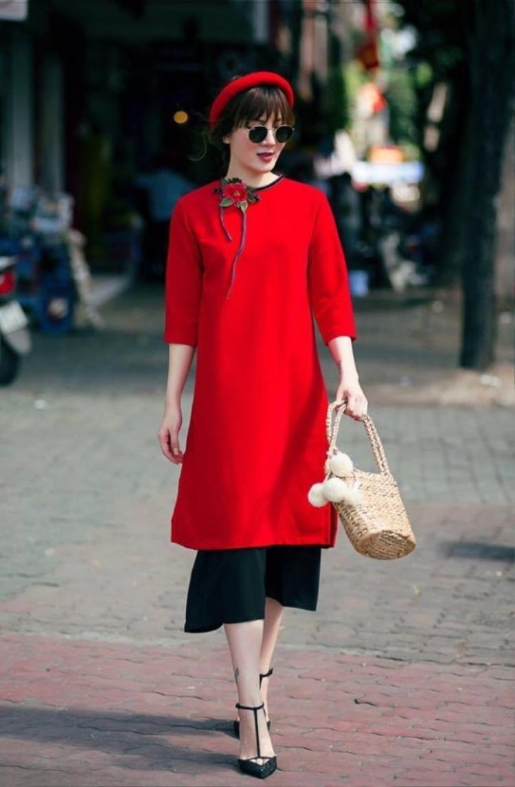 Ngoài ra những chiếc túi với các chất liệu tự nhiên như sợi mây, tre, bàng,… cũng sẽ là một lựa chọn đáng lưu ý cho các cô gái phối cùng áo dài ngày Tết.