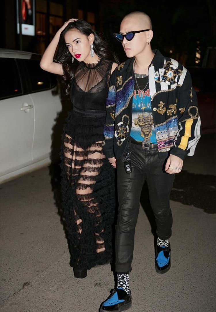 Cả cây váy ren đen gợi cảm của Châu Bùi hoàn toàn phù hợp với cách diện layer của Decao. Chỉ cần sử dụng màu sắc giống nhau, các cặp đôi đã hoàn toàn nổi bật khi xuống phố ngày Valentine.