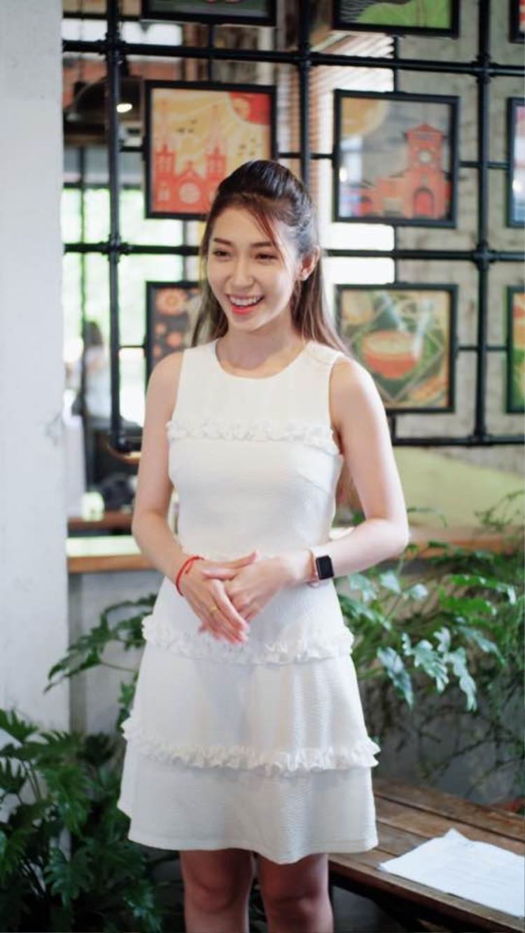 Khổng Tú Quỳnh cũng mê mệt gam màu trắng, cô nàng thường xuyên lựa chọn những bộ váy trắng để thể hiện nét nữ tính, ngọt ngào của bản thân.