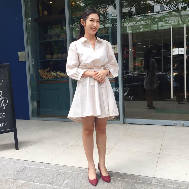 """Ngoài váy trắng, giọng ca """"Xe buýt hai tầng"""" cũng lựa chọn áo sơ-mi trắng phối cùng chân váy ngắn, tạo nên nét duyên dáng khi xuống phố."""
