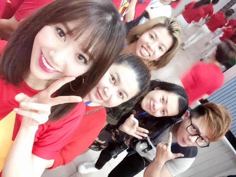 Hari Won và ekip của mình.