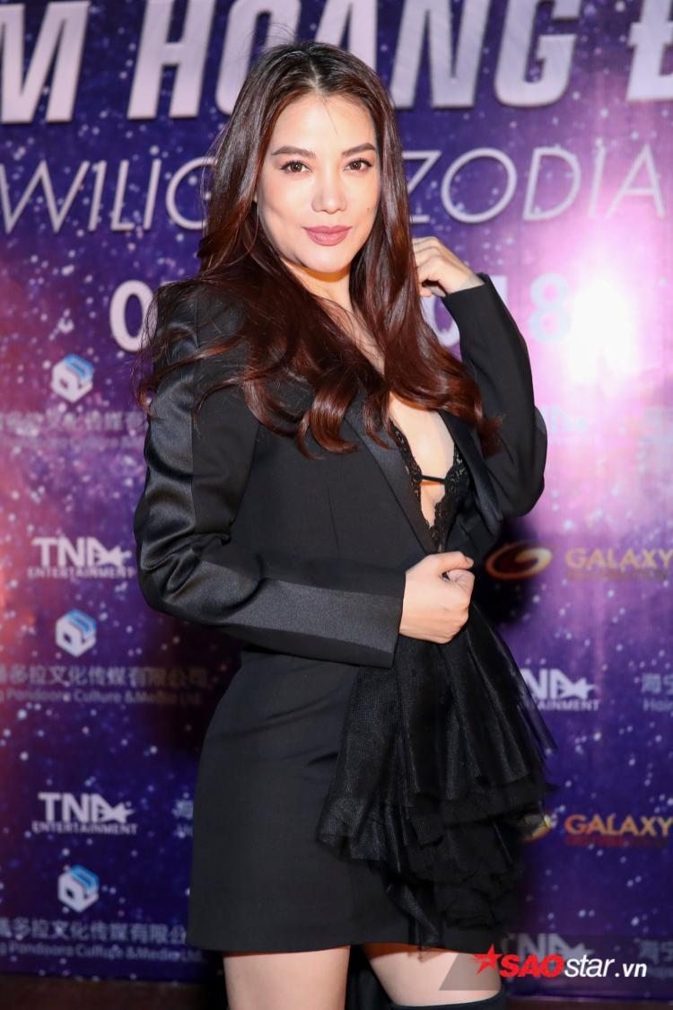 Trương Ngọc Ánh khoe gò bồng đào quyến rũ bên bạn diễn Hong Kong An Chí Kiệt