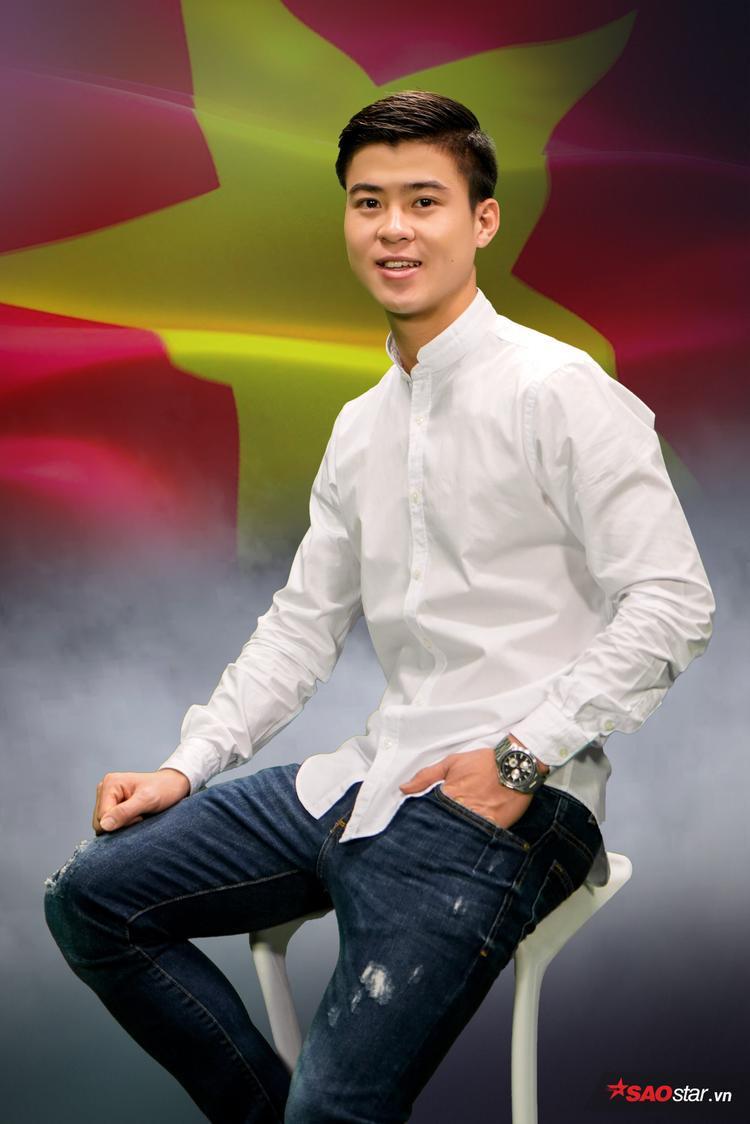 Trong giải U23 châu Á vừa qua, Duy Mạnh nhiều lần khiến người hâm mộ xúc động. Đó là khi chàng tiền vệ dù bị va đập chảy máu mũi vẫn cố gắng đứng dậy thi đấu trong trận bán kết với Qatar, là hình ảnh anh cắm lá cờ Việt Nam trên tuyết trắng sân Thường Châu rồi cúi chào trước khi cùng đồng đội ra về…