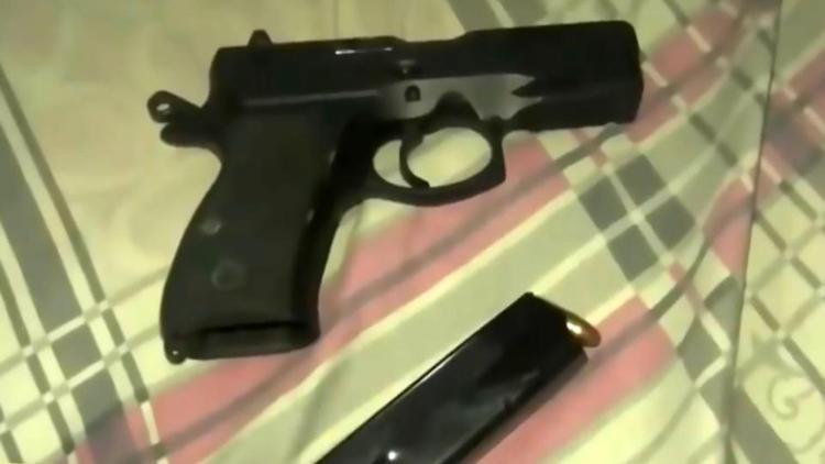 Ông đã dùng súng để tự sát.