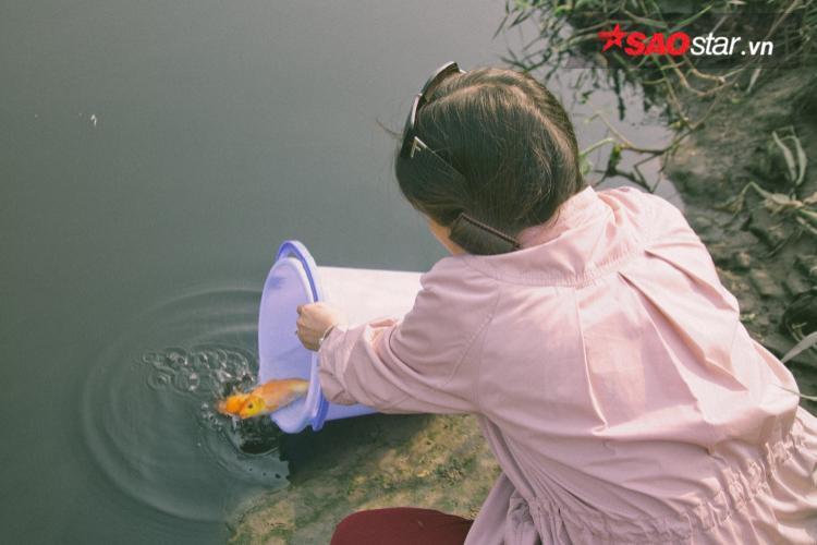 Người dân Sài gòn cẩn thận đựng cá trong xô, chậu để tránh xả rác ra môi trường.