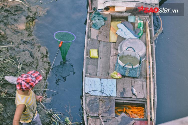Họ trữ cá ngay trong khoang thuyền.