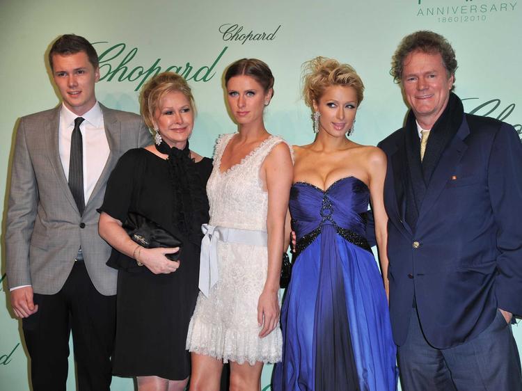 Gia đình triệu đô của Paris Hilton cùng xuất hiện trong một sự kiện.