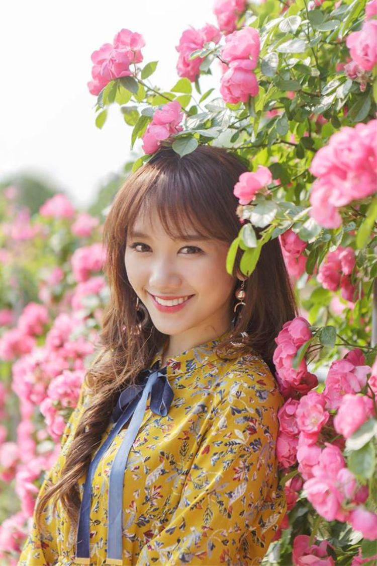 """Một chút son môi, phấn má hồng và đôi mắt chuốt mascara kĩ càng, bạn đã có thể xinh đẹp chuẩn """"phong cách Hari Won""""."""