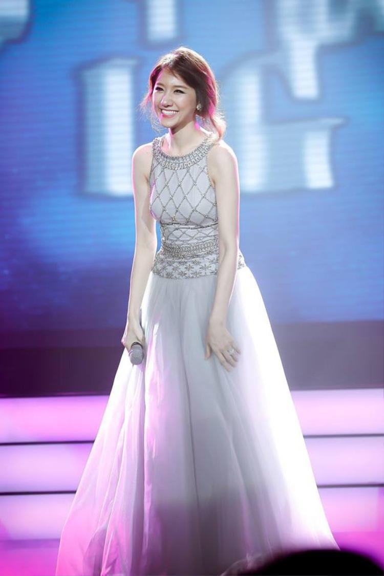 Chỉ cần diện những bộ đầm cầu kì, Hari Won như hóa thân thành nàng công chúa kẹo ngọt cực đáng yêu.