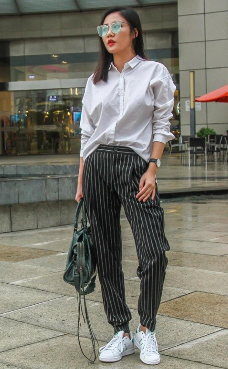 """Gout thời trang sân khấu có thể hơi """"lạc nhịp"""", nhưng phong cách ăn mặc street style của Văn Mai Hương đã nhận được nhiều ý kiến tích cực."""