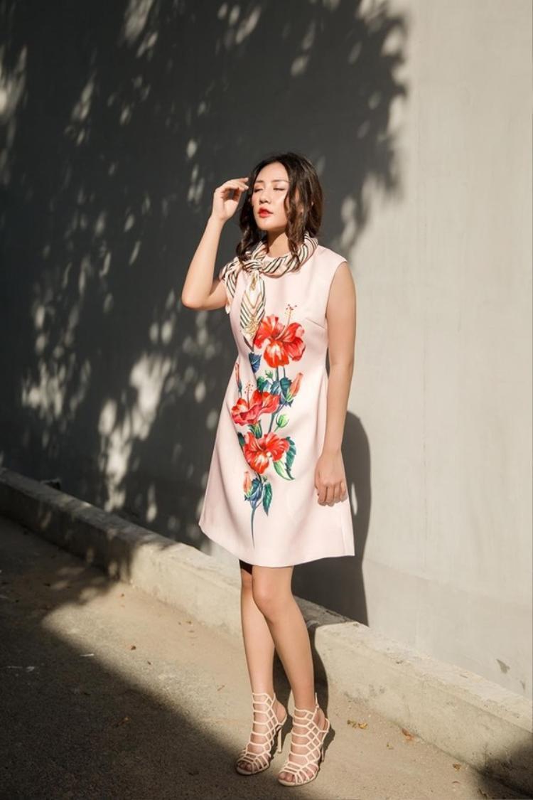 """Có vẻ như những chiếc váy dáng suông rất được lòng giọng ca """"Nếu như anh đến"""", để tạo sự mới lạ, một chiếc khăn mỏng hờ hững như thế này càng làm cô trở nên nhẹ nhàng thanh thoát."""