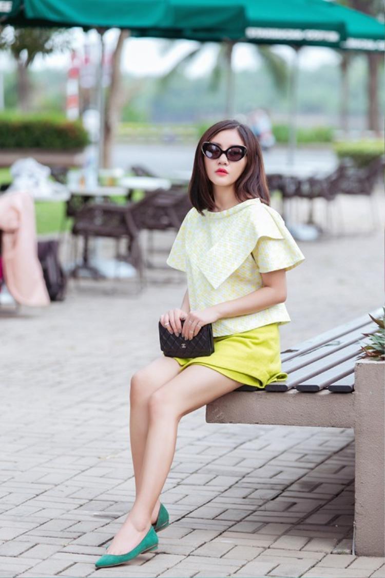 Dù không phải người mẫu chuyên nghiệp, song Văn Mai Hương vẫn đầy trẻ trung, nổi bật khi xuống phố với cách mix - match màu sắc đầy năng động.
