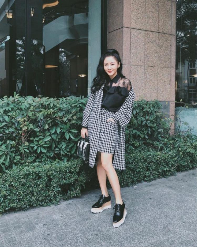 Lựa chọn set đồ gồm áo sơ mi voan phối cùng chân váy, áo khoác họa tiết răng sói, Văn Mai Hương trông vô cùng trẻ trung, rạng rỡ.