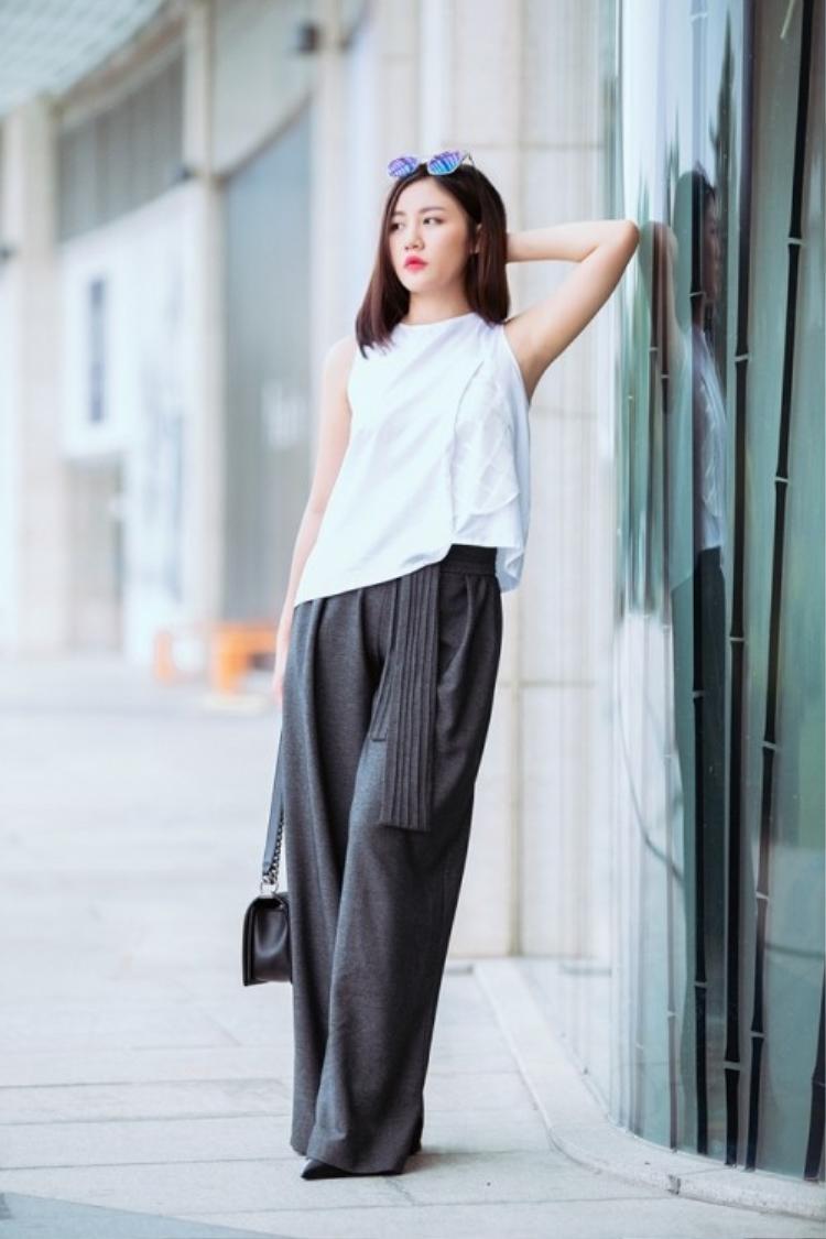 Nữ ca sĩ cũng sử dụng trang phục màu sắc tươi sáng, dịu ngọt để thả dáng trên phố. Với những gì đang thể hiện, Văn Mai Hương cho thấy một con người mới mẻ, phong cách cá tính ngọt ngào đầy hấp dẫn.