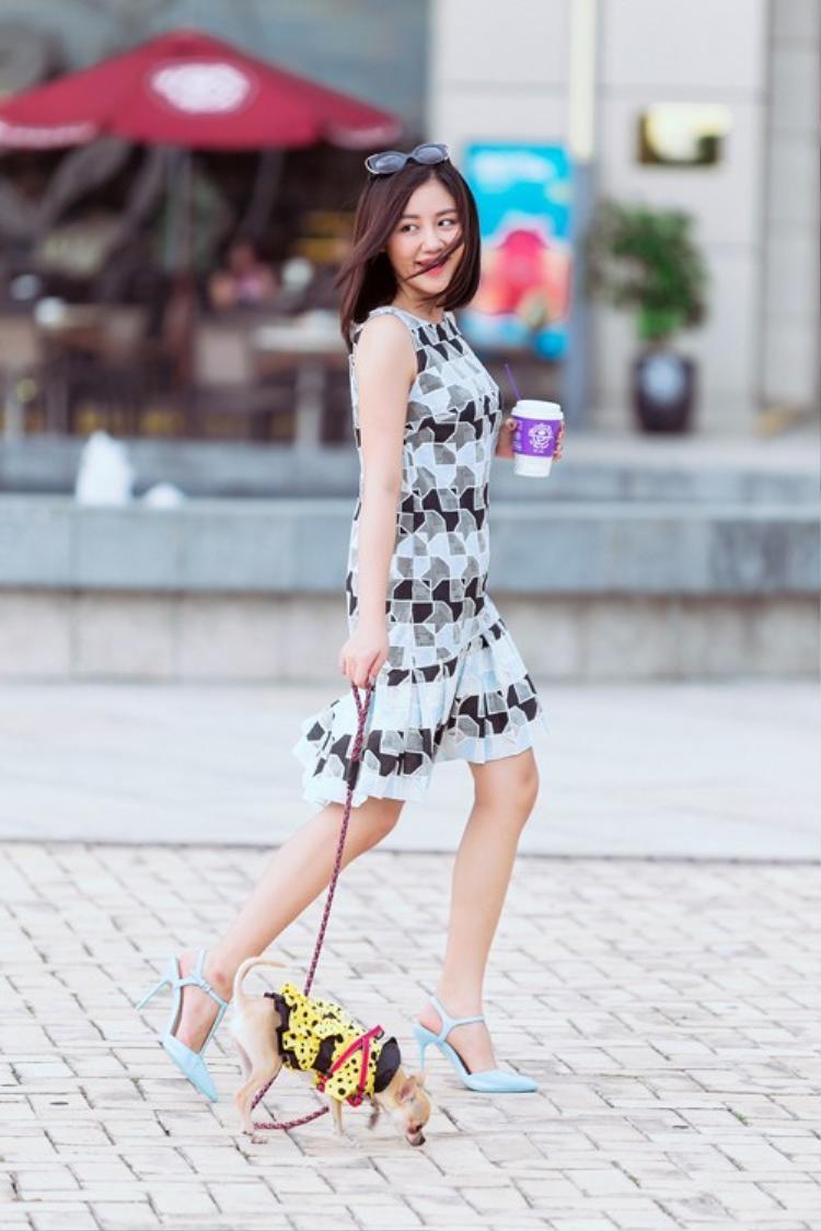 Văn Mai Hương luôn được khen ngợi với gu thời trang ngày thường hay thời trang đường phố với sự trẻ trung, cá tính muôn sắc màu. Cô ca sỹ trẻ trung này sẽ là biểu tượng thời trang đường phố mà chúng ta nên học theo.