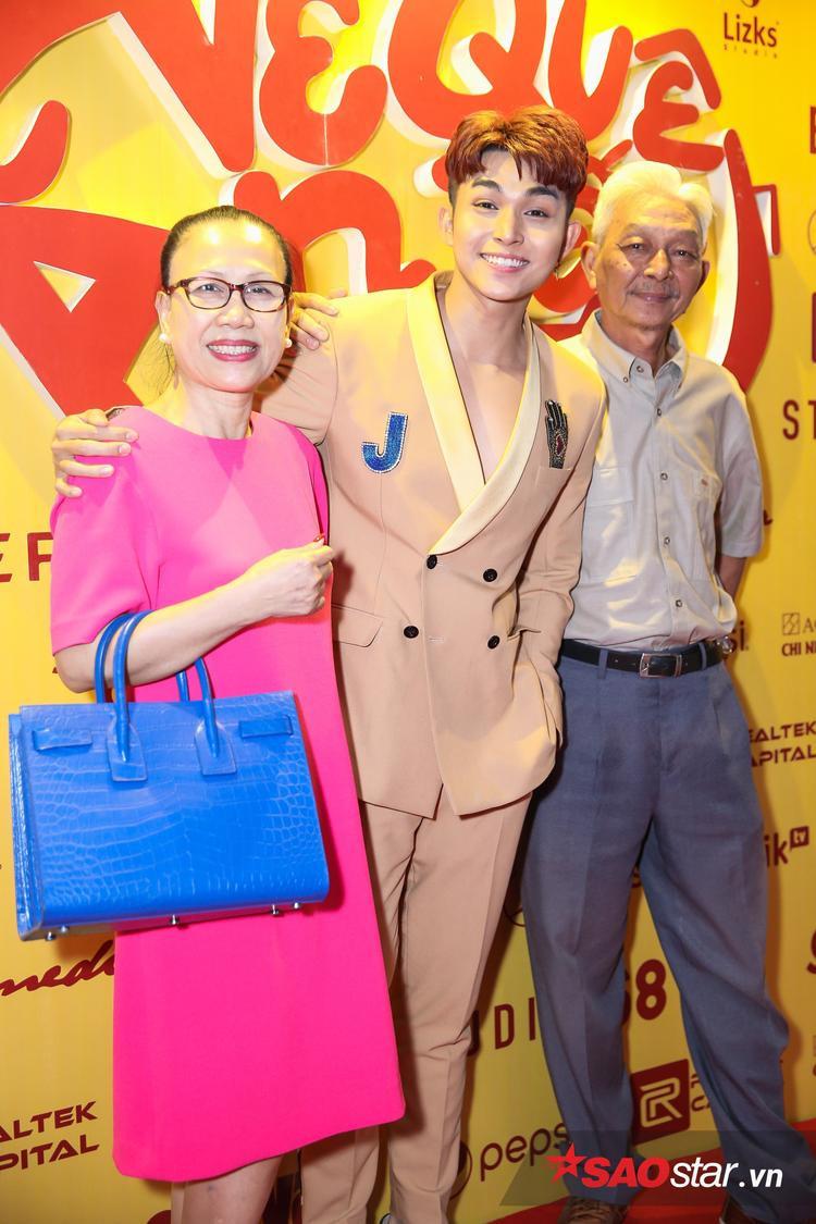 Jun Phạm cùng gia đình.