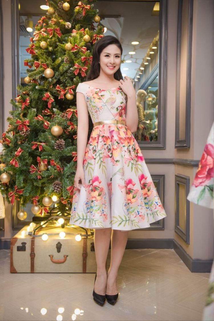 Tùy vào sở thích cá nhân mà bạn có thể chọn các gam màu đậm, nhạt hoặc kết hợp màu quần áo và trang sức thích hợp. Một chiếc váy họa tiết nhẹ nhàng là lựa chọn số một cho dịp đầu năm.