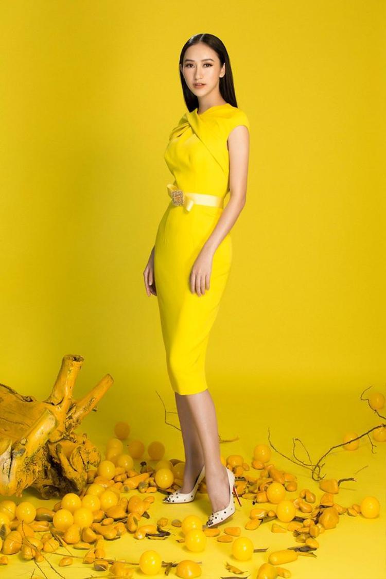 Hoặc những chiếc váy trơn, đơn sắc cũng là gợi ý cho các quý cô. Một bộ cánh với tông vàng sẽ khiến bạn nổi bật hơn hết. Sắc vàng tượng trưng cho sự giàu sang phú quý đượcnhiều cô gái lại lựa chọn để du xuân.
