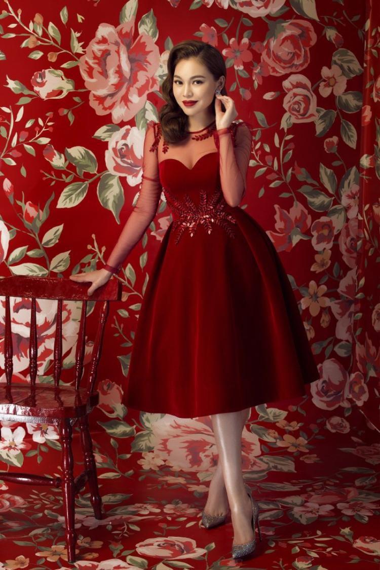 Màu đỏ được lựa chọn trongcác set đồ trang phục ngày Tếtbởi nó tượng trưng cho may mắn, tiền tài.