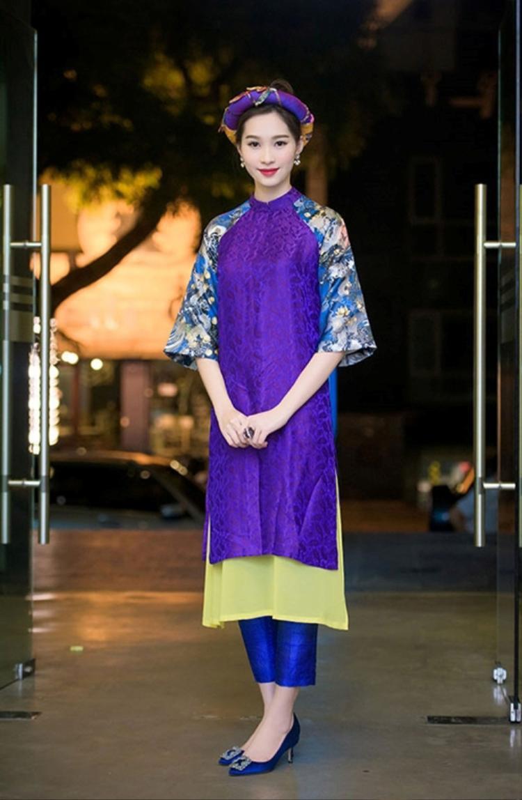 Không chỉmang đến cho bạn vẻ đẹp nữ tính, duyên dángmà còn gợi lên nét đẹp cổ điển, truyền thống của người con gái Việt trong dịp Tết cổ truyền. Chắc chắn áo dài sẽ tạo điểm nhấn cho bạn trong dịp Tết năm nay.