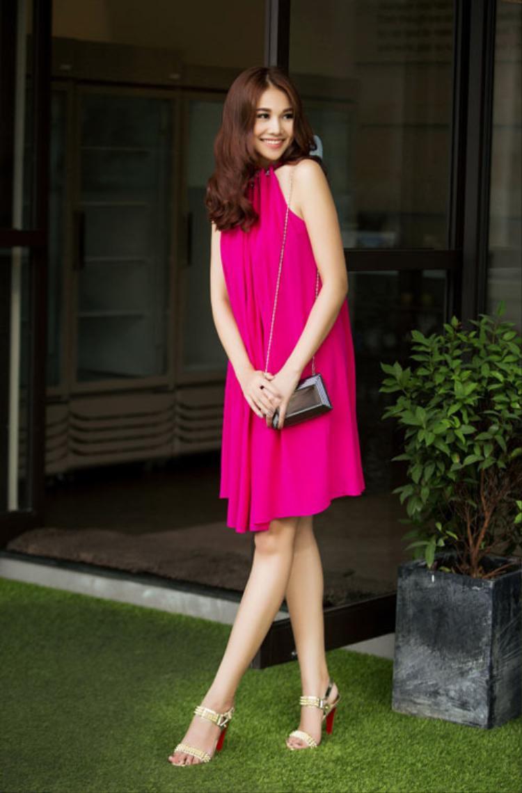 Đừng cố gắng chạy theo những trào lưu thời trang mới nhất, hãy chọnkiểu đồ thể hiện đúng tính cách của bản thân. Nếu bạn là cô gái nhẹ nhàng, yêu thích sự đơn giản hãy chọn phong cách thanh lịch với một chiếc váy dài kiểu cổ yếm.