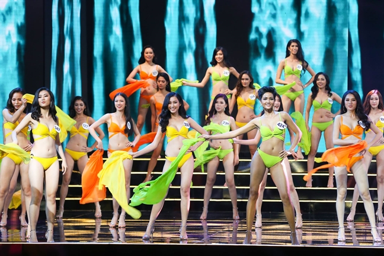 Đêm bán kết Hoa hậu Hoàn vũ Việt Nam diễn ra sau cơn bão số 12 lịch sử khiến dư luận phẫn nộ.