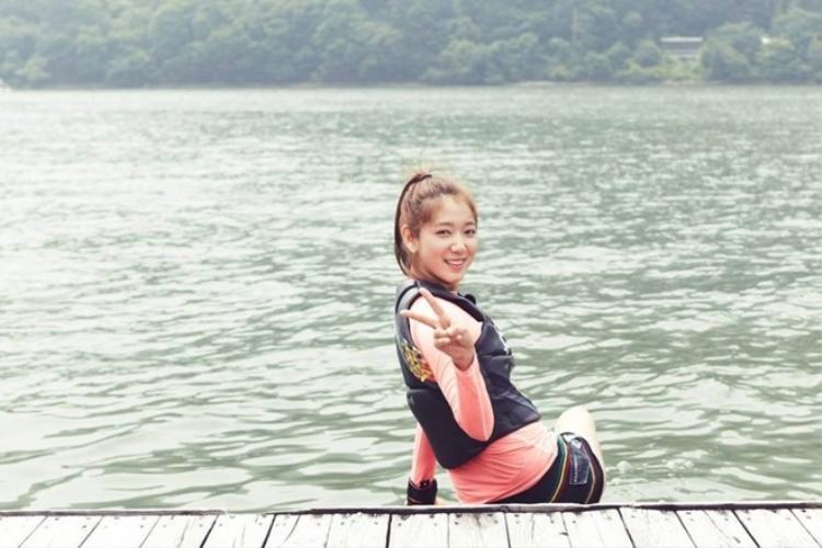 """Trái ngược với vẻ ngoài dịu dàng, Park Shin Hye có thể """"cân"""" tận 10 môn thể thao."""