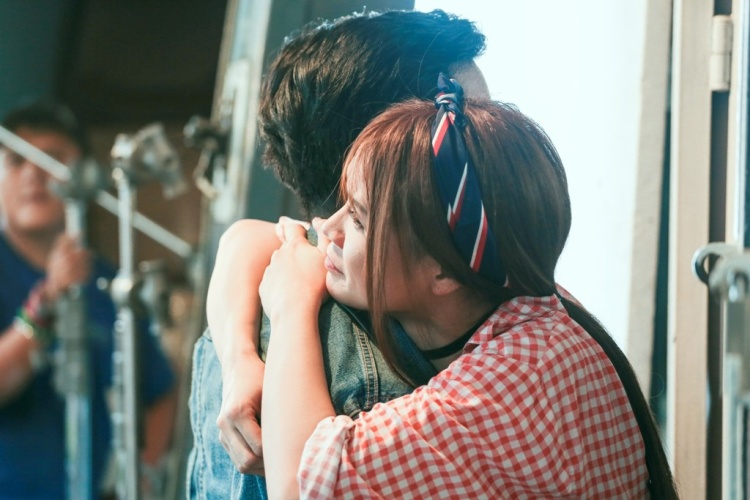 Nhã Phương có ghen khi thấy Sam hôn Trường Giang dữ dội như thế này?