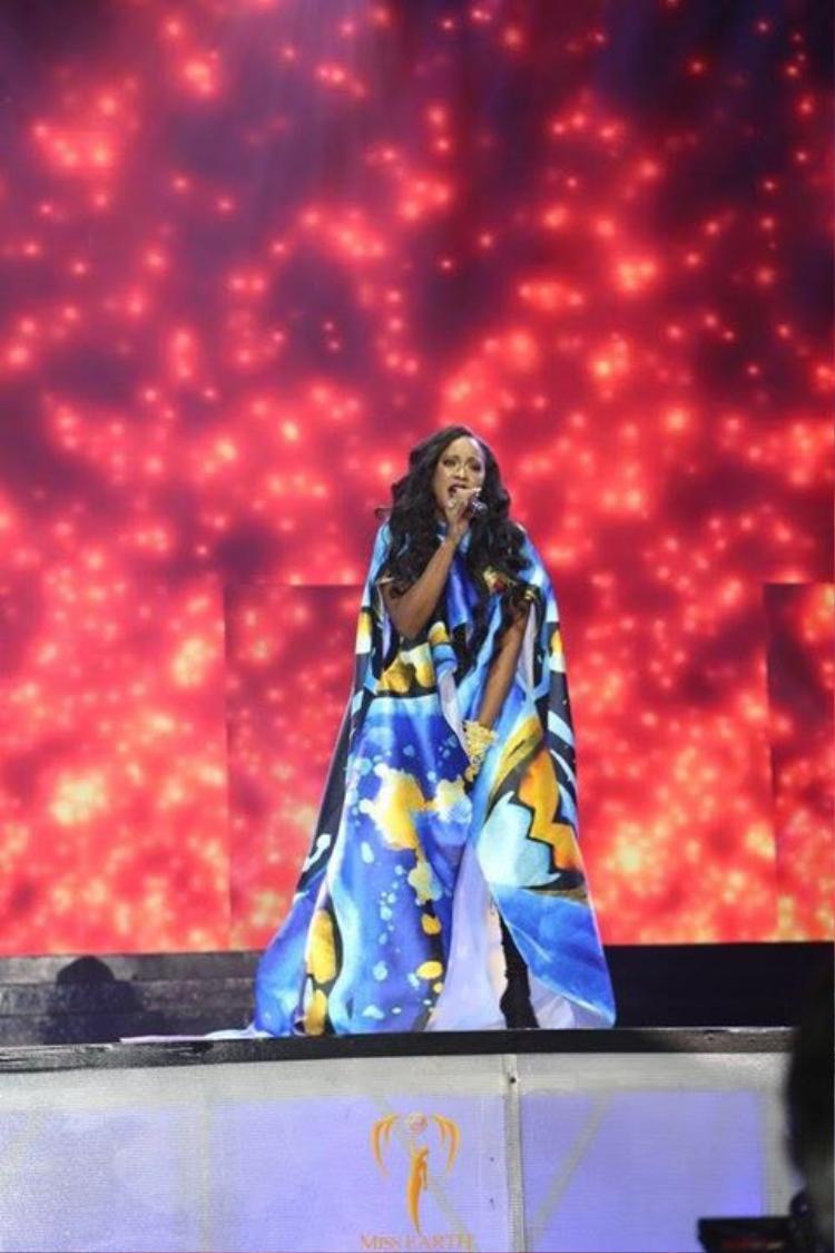 Trước đó, nữ ca sĩ da màu nổi tiếng Shontelle Layne (Shontelle) đã chọn trang phục do Valentines Vân Nguyễn thiết kế để trình diễn trong đêm Chung kết Hoa hậu Trái đất 2017 tại Philipines.