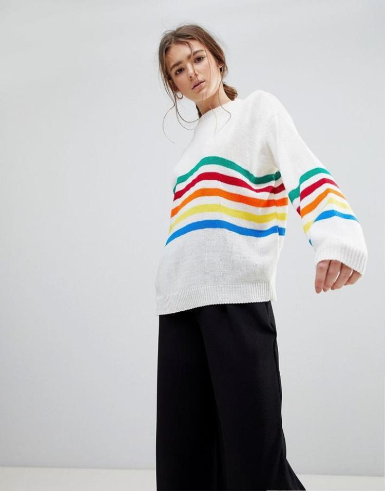 """Những đường kẻ cầu vòng sẽ thích hợp cho street style của nàng, bởi khả năng phối với mọi set đồ của """"em"""" sweater này."""