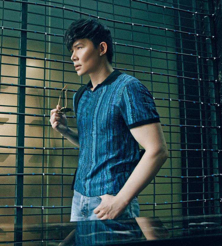 Một chiếc áo thun khác được Nathan Lee chọn mặc, vốn có cơ thể săn chắc của một cựu người mẫu, nam ca sĩ vô cùng phù hợp với những chiếc áo thun body như thế này.