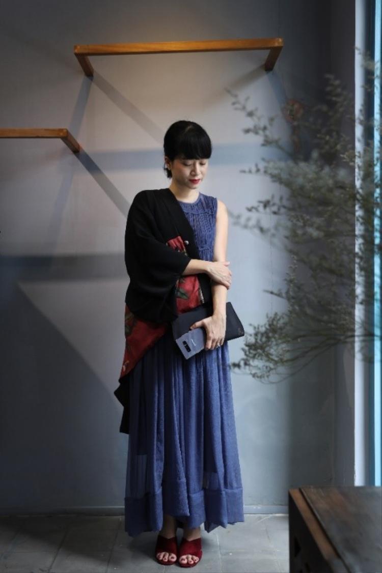Áo khoác phong cách Kimono kết hợp cùng chiếc váy suông dài và Galaxy Note8 Tím Khói tạo nên nét thanh lịch nhưng vô cùng lạ lẫm và ấn tượng.