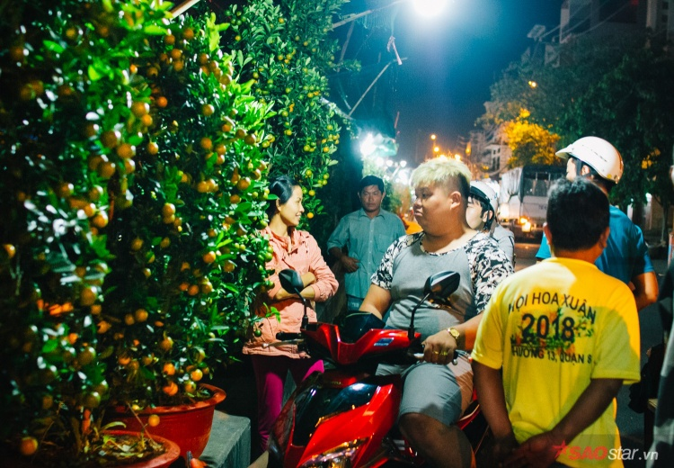 Dù đã hơn 1h sáng nhưng nhiều khách vẫn ghé mua cây cảnh Tết.