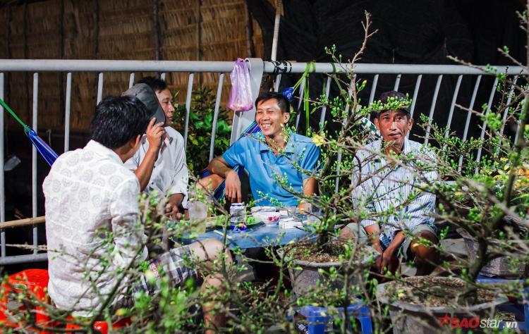 2h sáng ngày 28 Tết, trời Sài Gòn lạnh co ro, nhiều tiểu thương vẫn quây quần bên nhau sưởi ấm. Ai ai cũng chờ đợi vào một mùa bội thu có thêm thu nhập từ công việc buôn bán hoa cảnh ngày Tết.