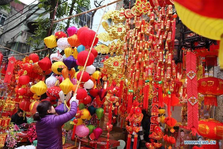Một gian hàng khác bày bán đồ trang trí ngày Tết ở thủ đô Hà Nội.