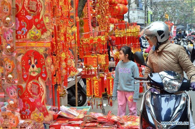 Khách hàng đang chọn đồ trang trí Tết, vài phong bao lì xì tại một gian hàng ở Hà Nội.