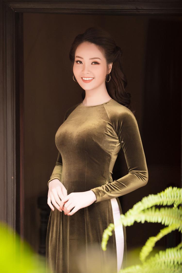 So với những người đẹp cùng thời, Á hậu vẫn được khán giả dành rất nhiều tình cảm nhờ vẻ đẹp phúc hậu, sự thông minh.