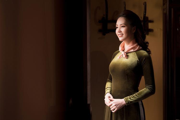 Với nụ cười má lúm duyên dáng và xinh tươi, Á hậu Thụy Vân tỏa sáng cùng sắc hoa ngày Tết.