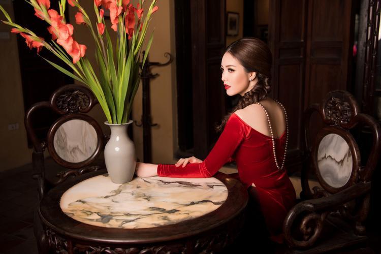 Thay vì tích cực hoạt động trong showbiz,Á hậu Thụy Vânlại quyết định theo đuổi công việc MC - BTV truyền hình tại Đài truyền hình Việt Nam.