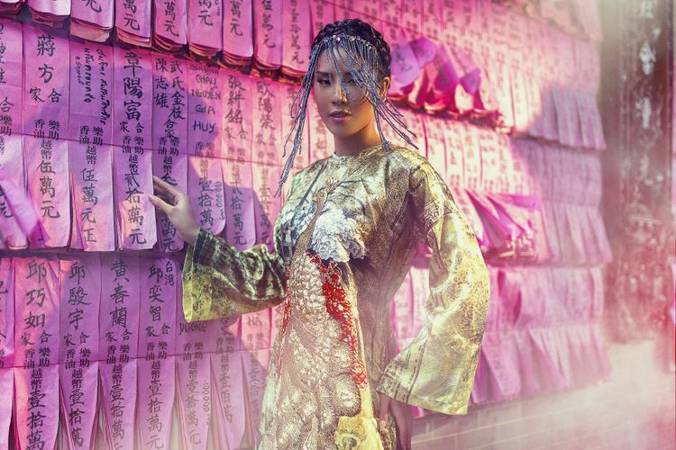 Hình tượng mà Nguyễn Thị Loan ấp ủ chính là hoàng hậu Nam Phương- người phụ nữ vốn luôn giữ được thần thái kiêu sa, thanh lịch và toát lên được sự uy quyền của một người đứng đầu.