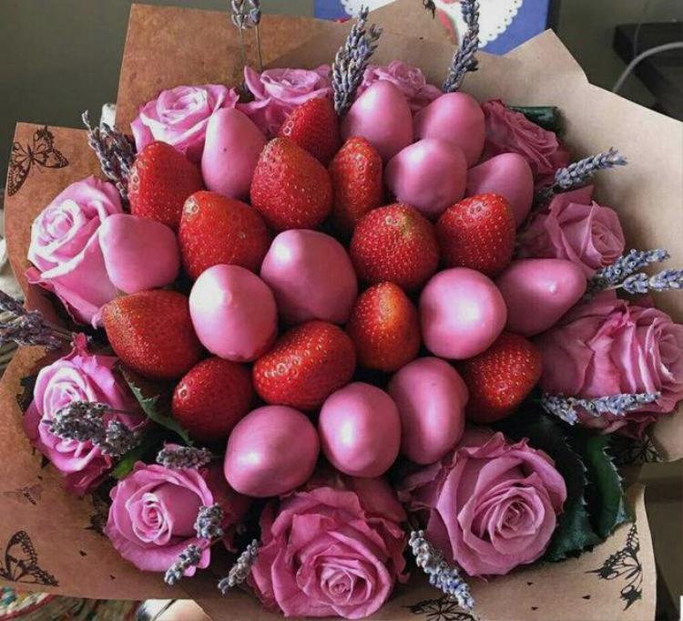 """Bó hoa dâu tây xen kẽ socola và hoa hồng đẹp """"đúng điệu"""", vừa có trai cây, socola ngọt ngào vừa có cả hoa nữa."""