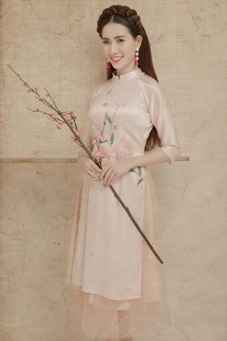 Các thiết kế tà ngắn, đi cùng chân váy xòe là xu hướng áo dài đang được rất nhiều người yêu thích trong mùa Xuân năm nay.