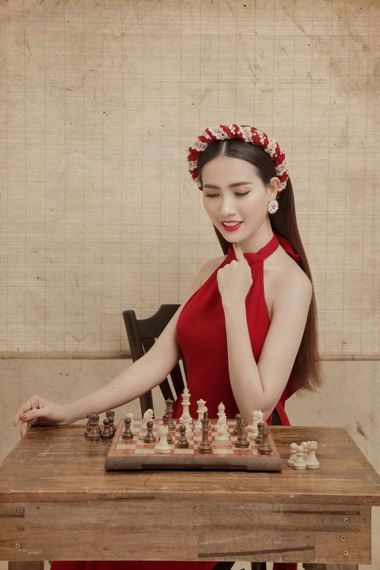 Người đẹp cũng kết hợp cùng phụ kiện mấn đội có gam màu đỏ cùng tông, tạo nên nét đẹp ý nhị, đậm chất Á Đông.