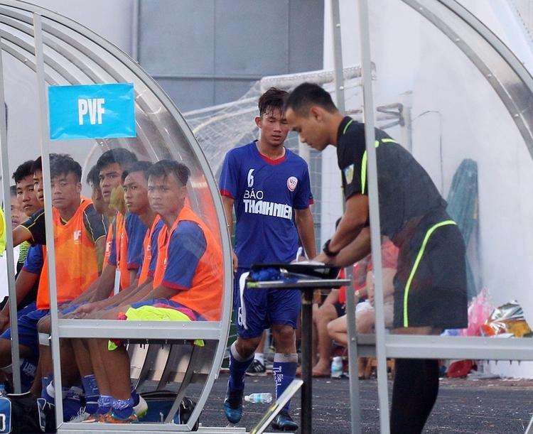Nguyễn Hồng Sơn đi sang chào ban huấn luyện U19 Hà Nội sau khi bị thẻ đỏ. Ảnh: Văn Nhân