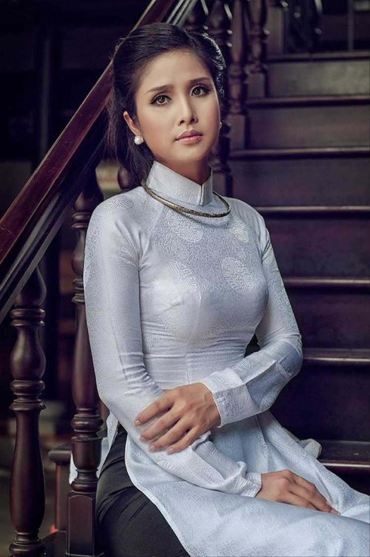 Tình cũ Phan Thanh Bình - người đẹp Thảo Trang sở hữu vóc dáng đẹp và gương mặt phúc hậu nên trông cô rất thích hợp để mặc phong cáchthời trangnày.